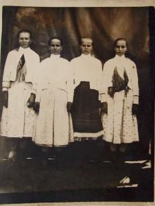děvčata ze Staré Huty n. Sočetu, vženském svátečním oděvu, cca 1944