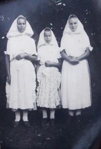 huťanská děvčata vtradičním odění, cca 1955, Rumunsko