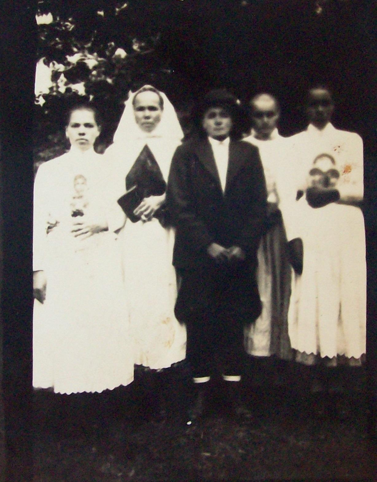 Huťanská rodina, cca 1940, na muži patrné tradiční kalhoty